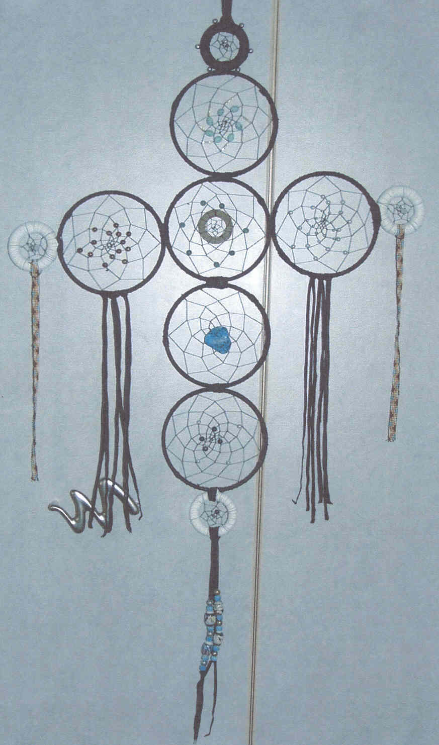Dream Catcher Kreuz - Dream Power. Mit Glasperlenbändern, indianischen Keramikperlen, Metalperlen, echten Perlen, Arizona-Türkis, Sodalith, Flourit, Glasperlen. Mit echten Leder aufwendig als Kreuz gefertigt. Richtpreis €  99,00.-