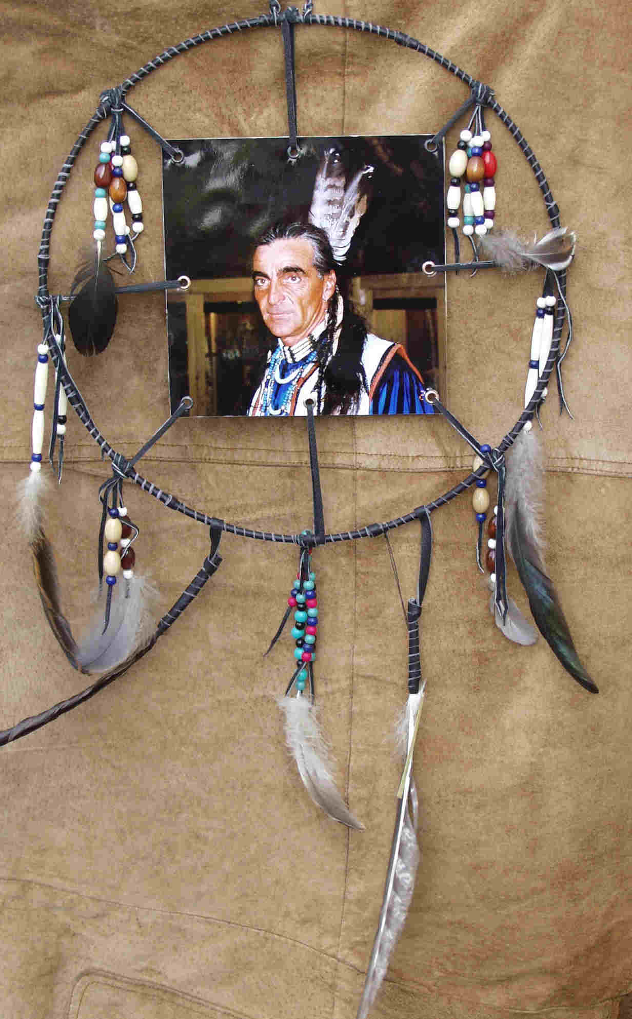 Indian Picture - Enoho Wedom. Jagender Wolf (Northern Cheyenne Indianer). Mit echten Knochen, Holzperlen, Holzoliven, verschiedenen Vogelfedern. Mit echten Leder gefertigt. Richtpreis €  57,00.-